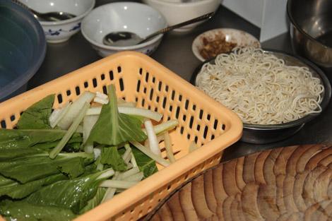 Nouilles trempées et légumes émincés