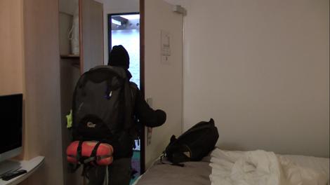 Elodie sort de la chambre du dernier hôtel de notre tour du monde, à Portsmouth, en Angleterre… Quelle drôle d'impression…