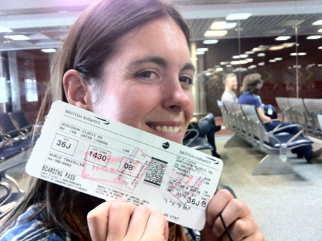 Élodie, avec son billet en quittant l'Inde