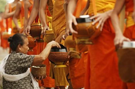 Offrandes, chaque matin, aux moines