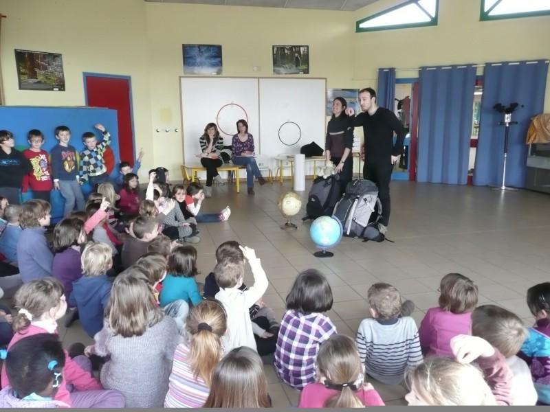 Première rencontre avec les petits écoliers très curieux